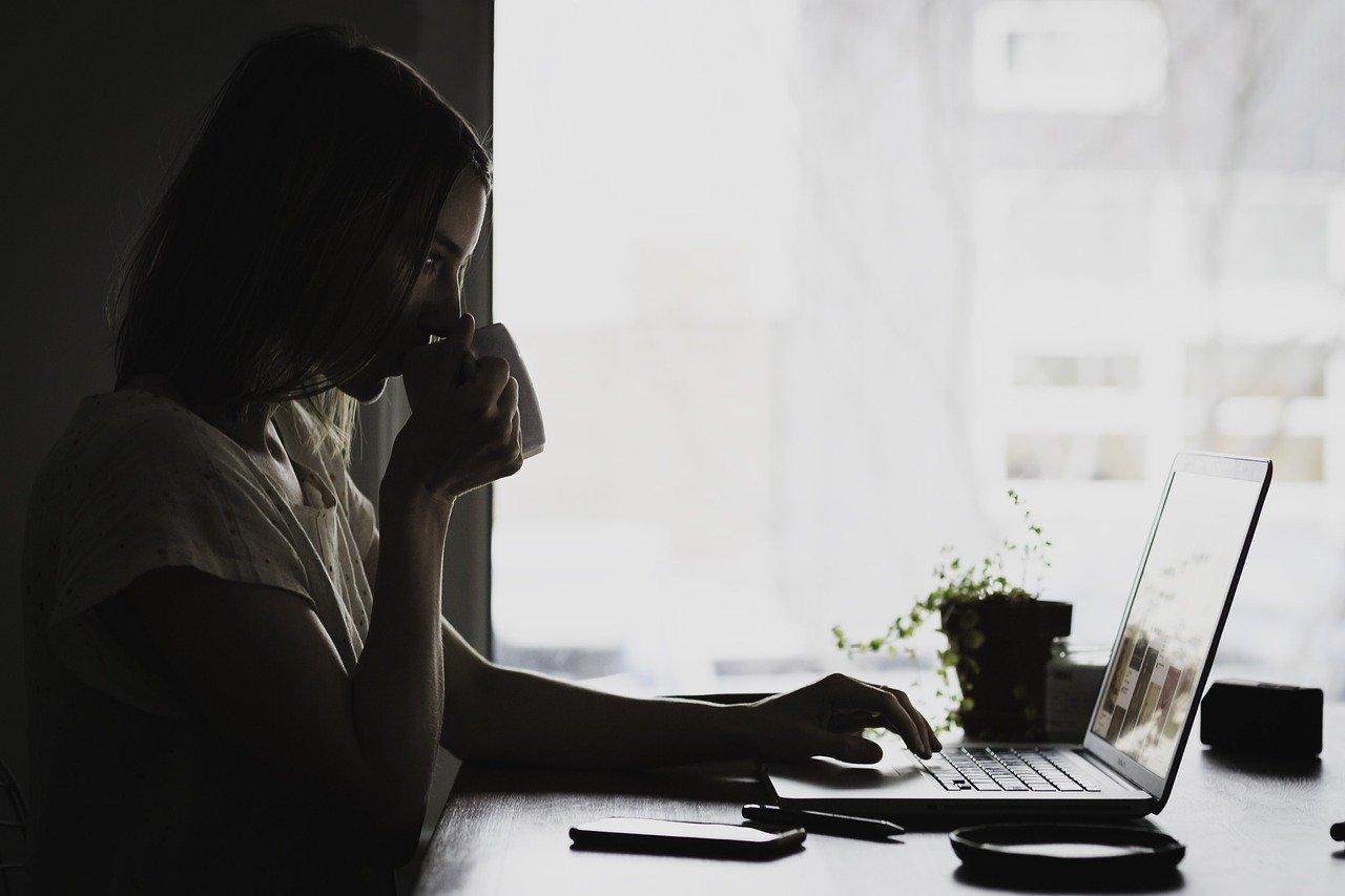 パソコンの見る女性の画像