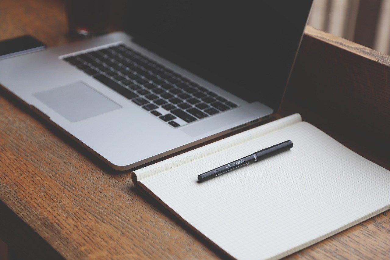 パソコンとノートの画像