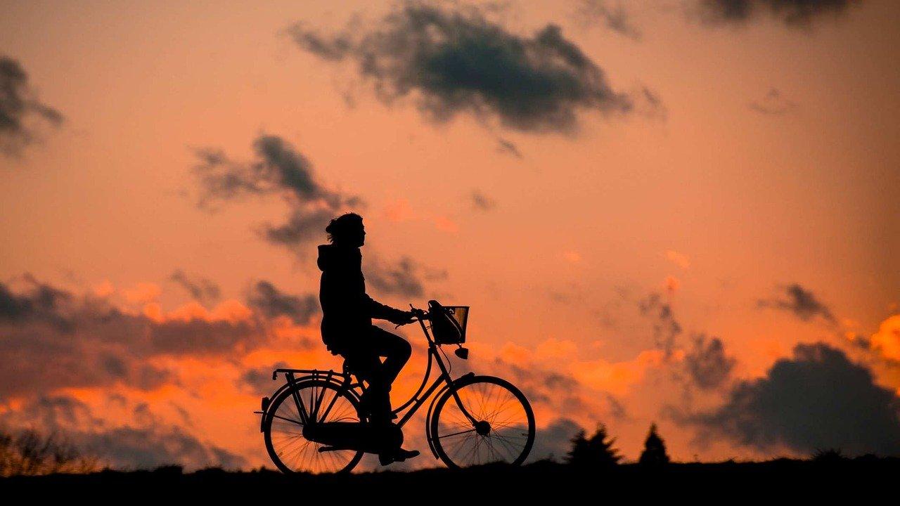 自転車に乗る画像