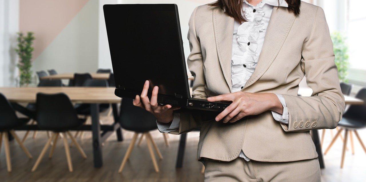パソコンを持つ女性の画像