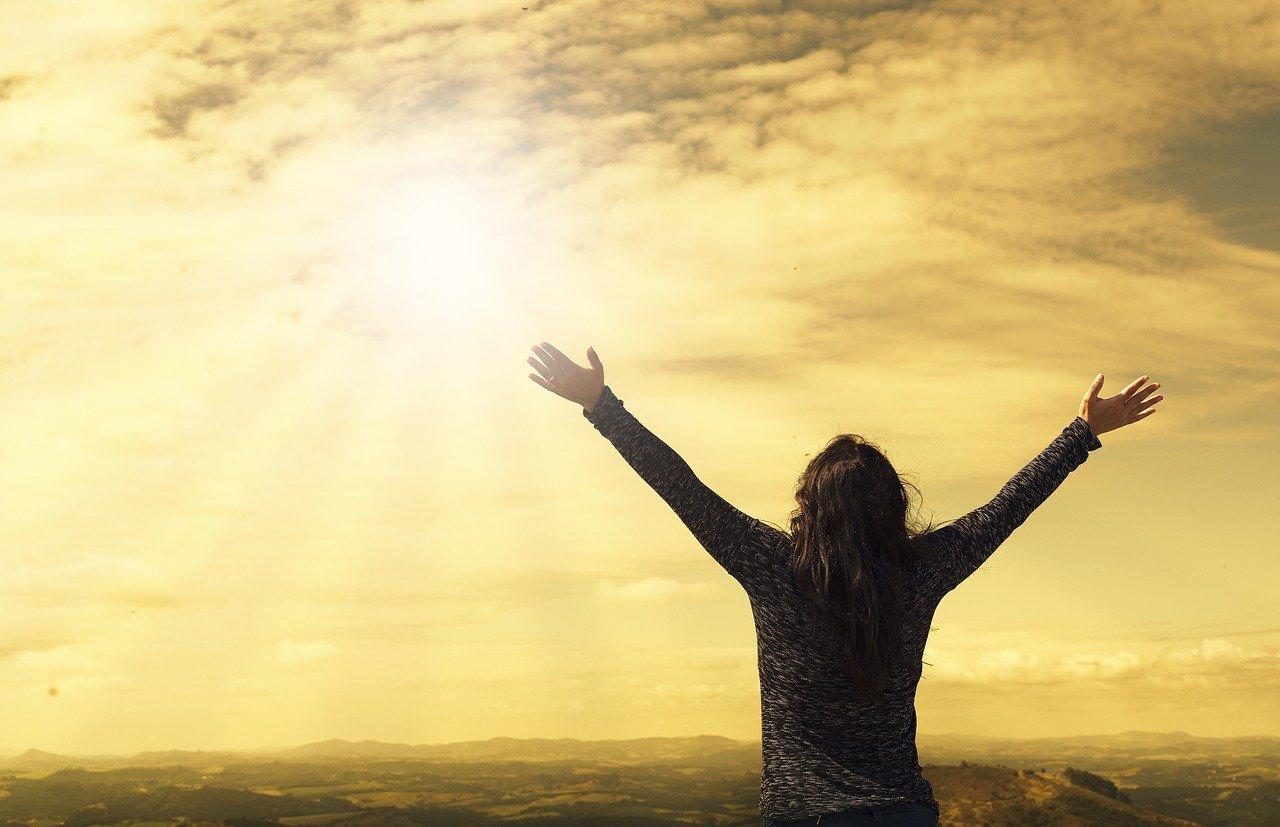 陽に向かう女性の画像