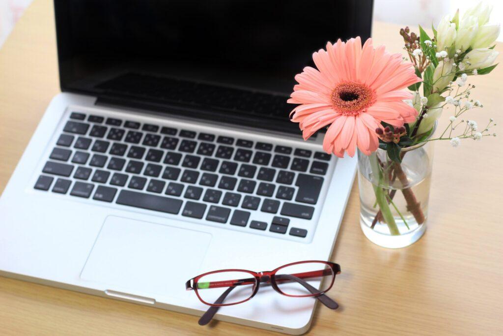 パソコンと花と眼鏡
