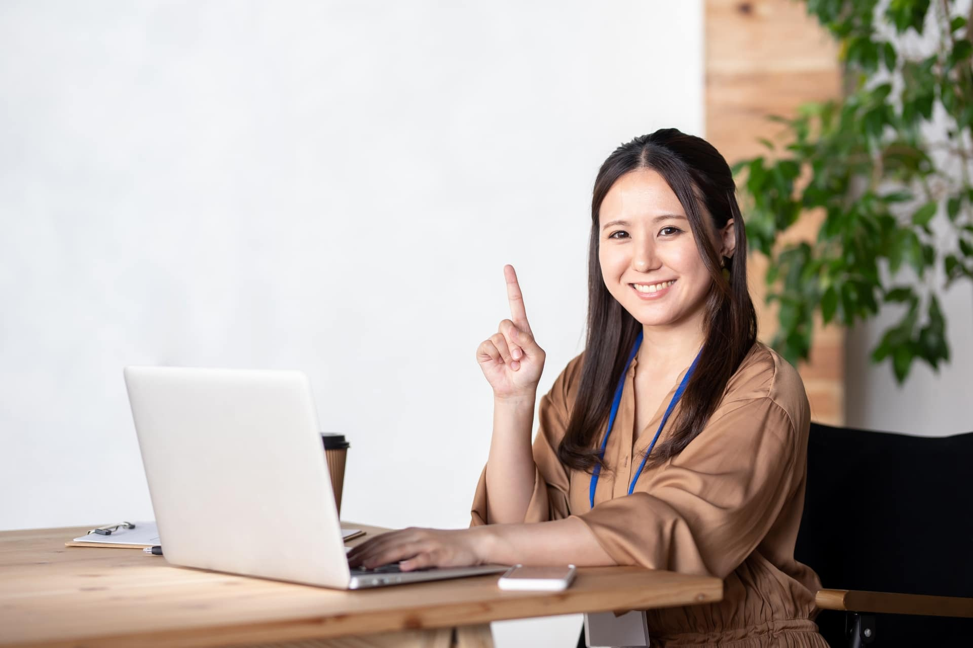 パソコンをいじる女性