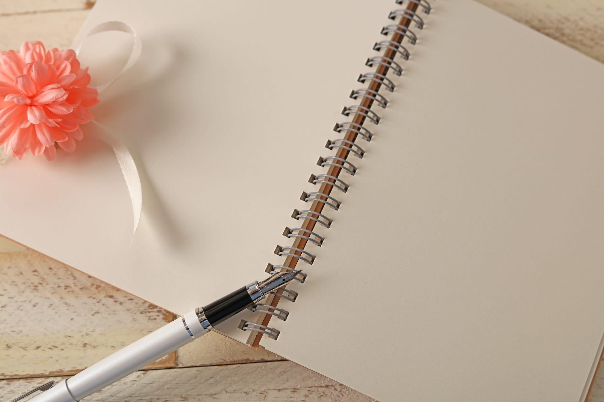 メモ帳とペンと花