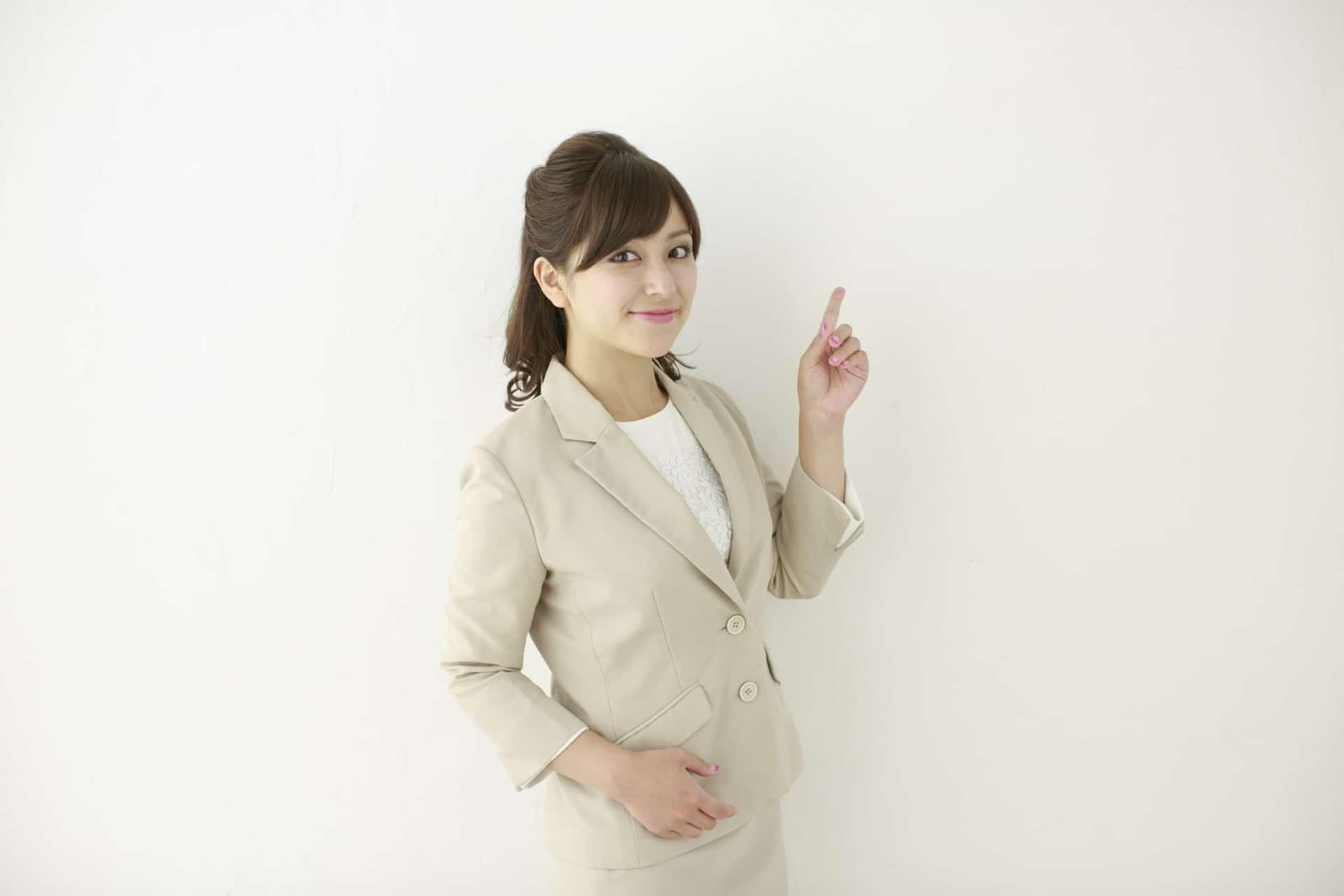 人差し指を指す女性
