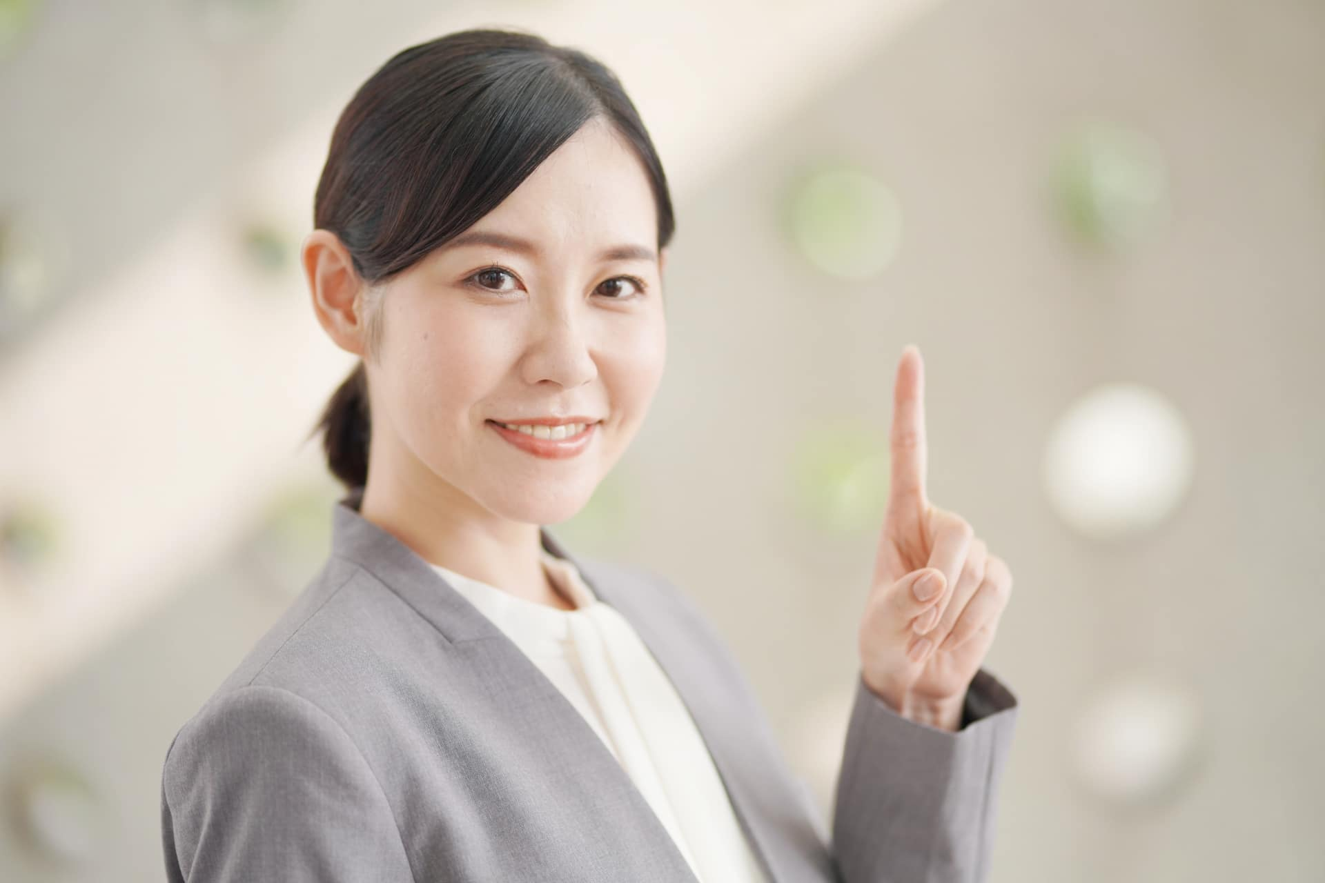 人差し指を指す女性2