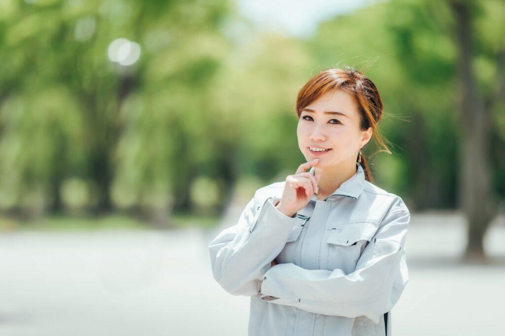 作業服を着ている笑顔の女性
