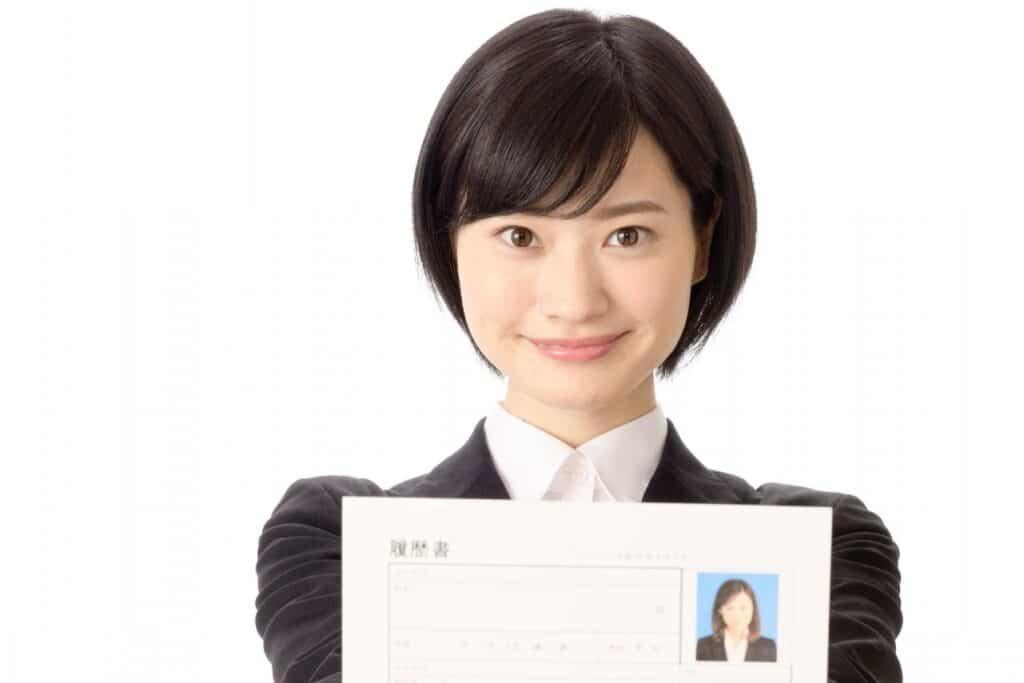 履歴書を持つ女性