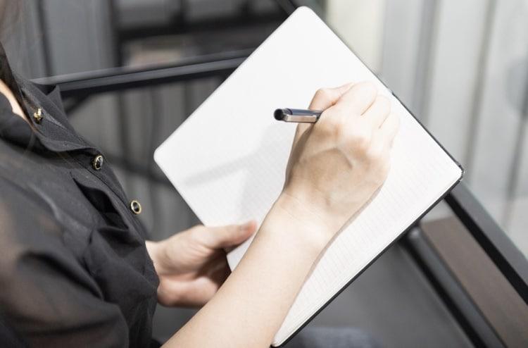 書き物をしている女性