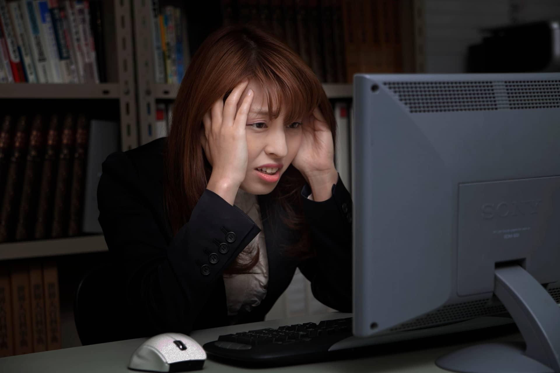 悩む女性、PC、残業、ミス
