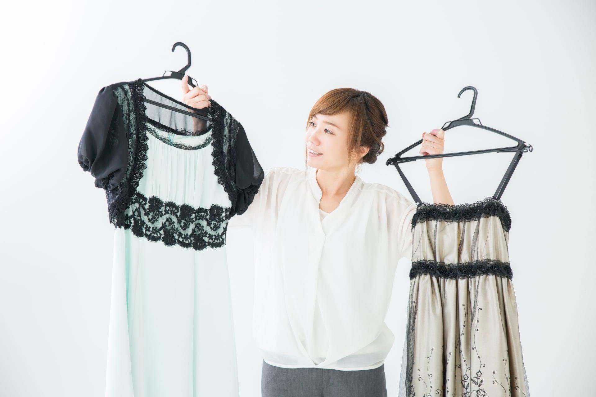 服選びをする女性