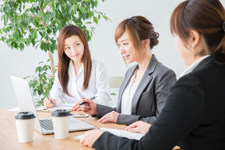 女性の会議の画像