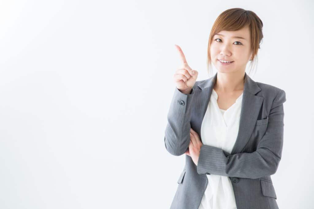 スーツ姿の笑顔の女性