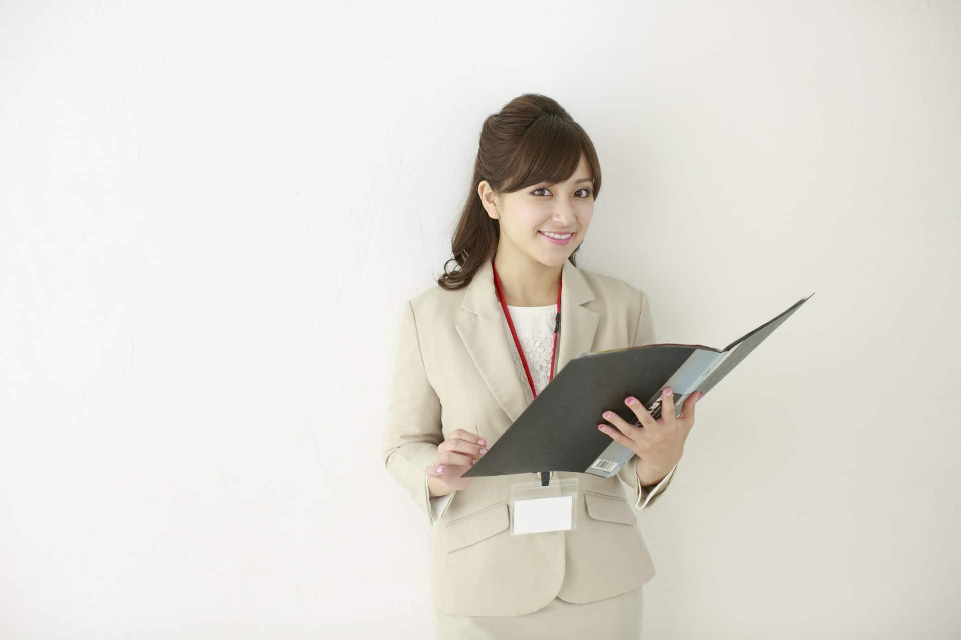 ファイルを見る女性の画像