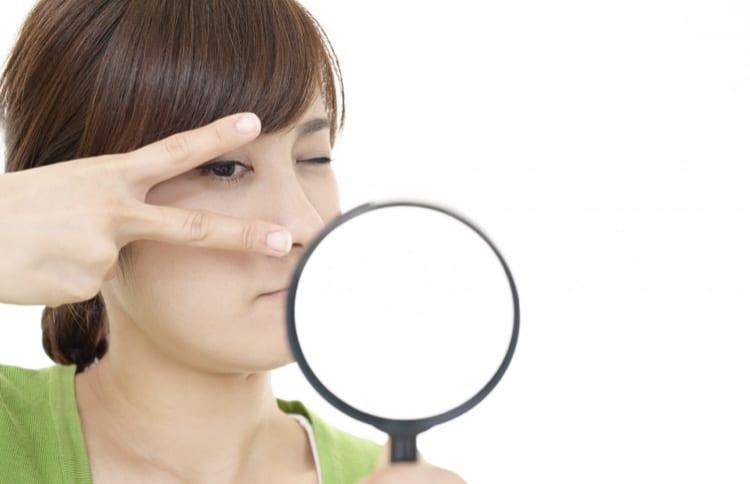 拡大鏡を除く女性