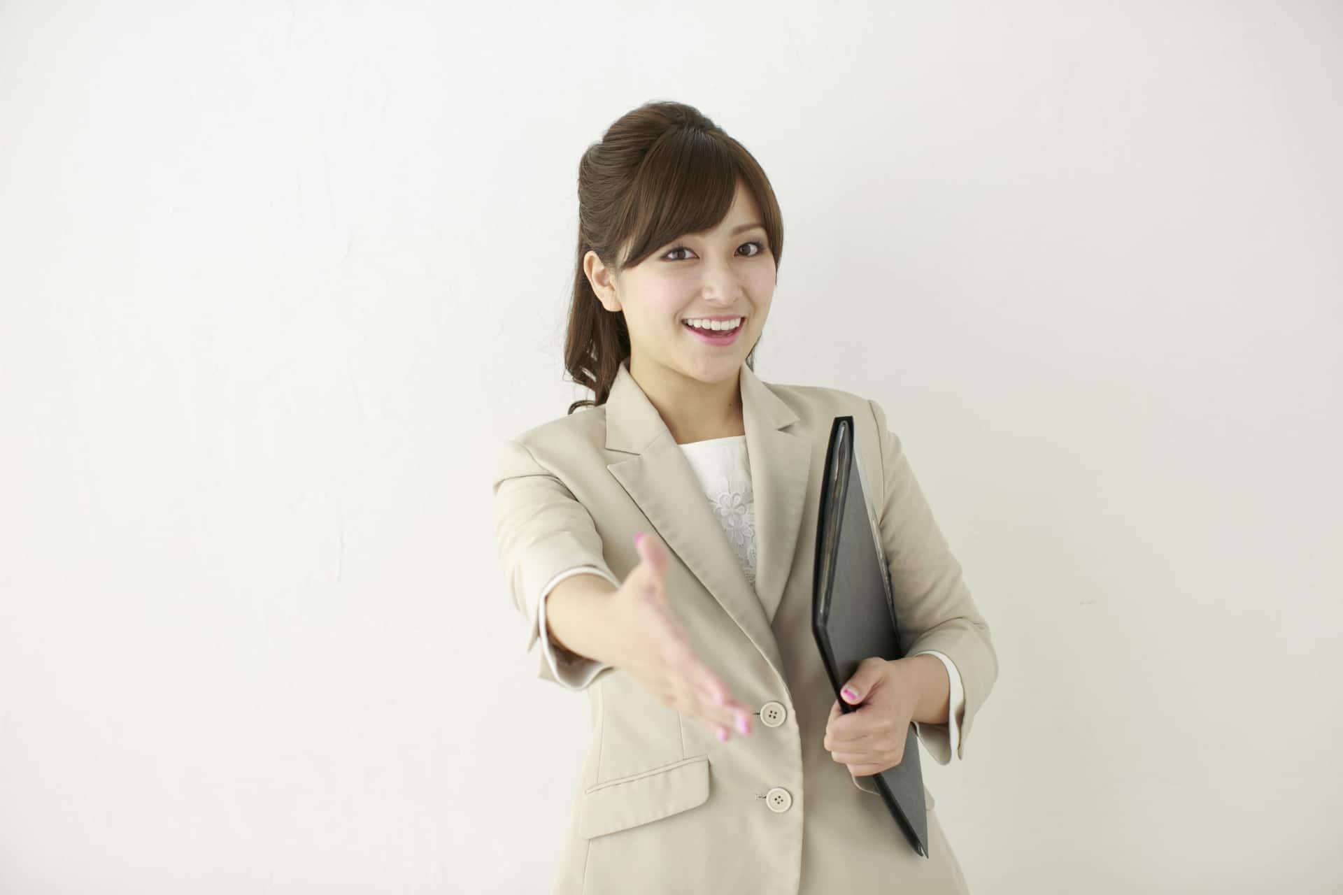 握手をもとめる女性
