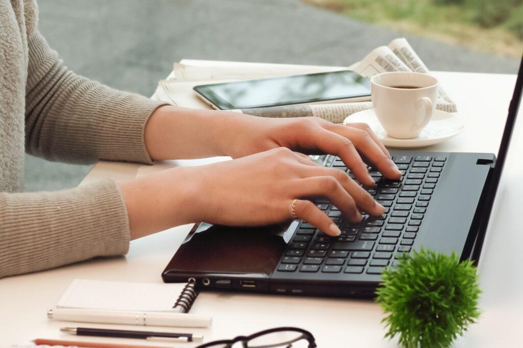 パソコン作業をする女性の手