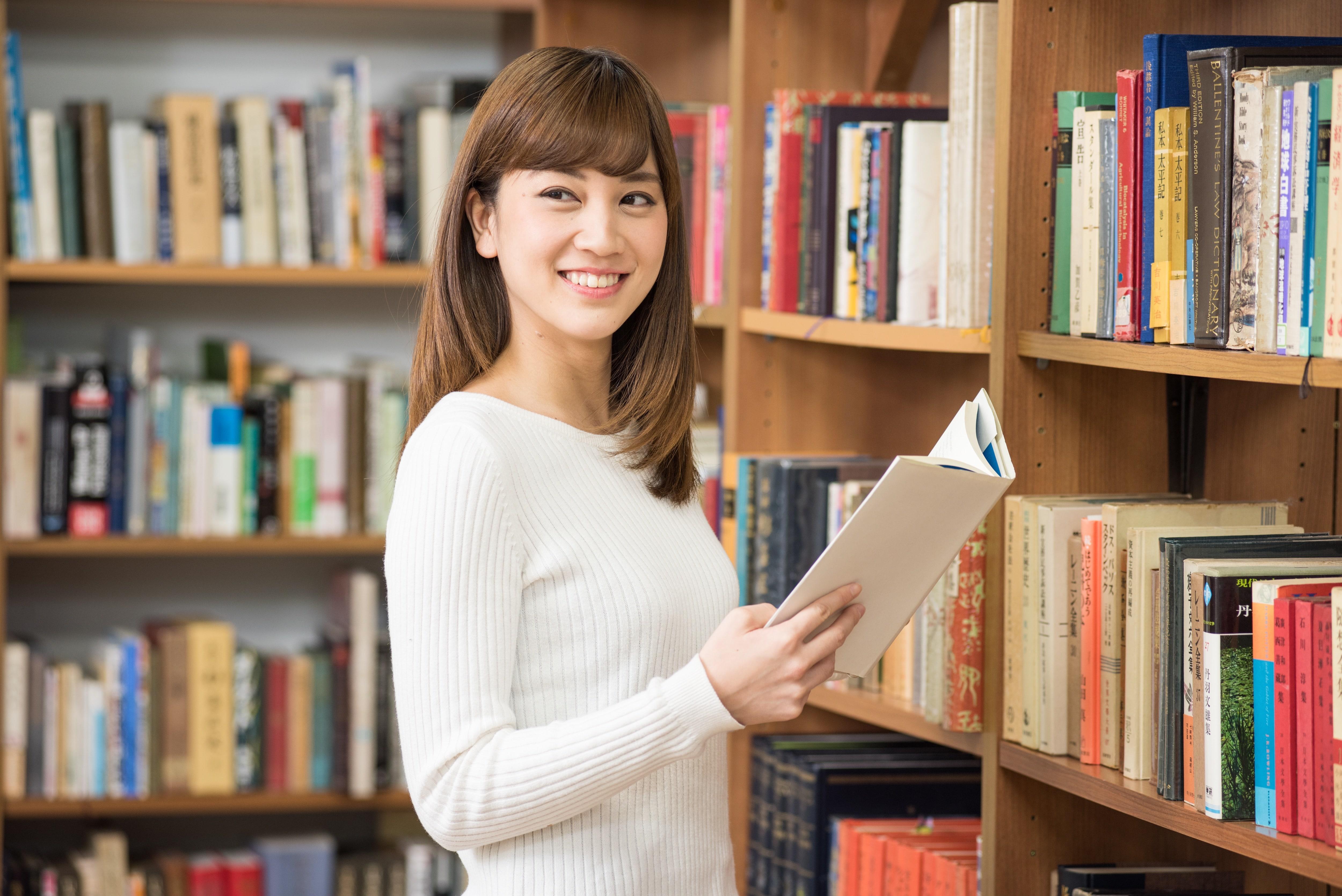 図書館と女性