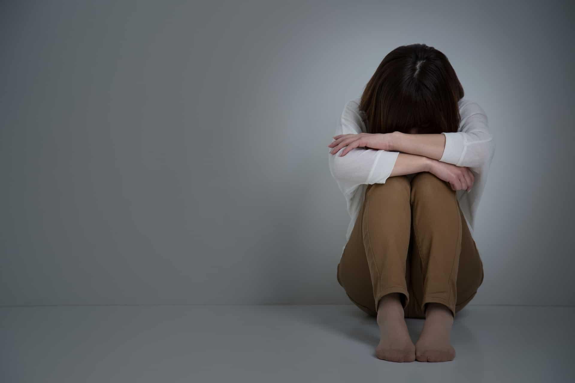 膝を抱える女性、うつ、悩み、落ち込む
