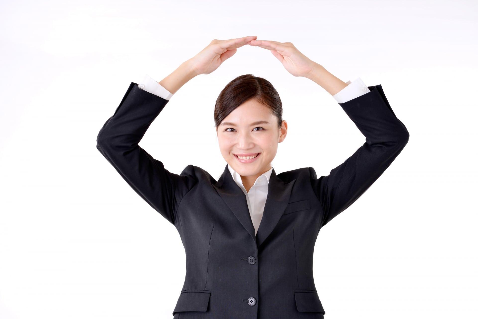手で〇印をつくる女性