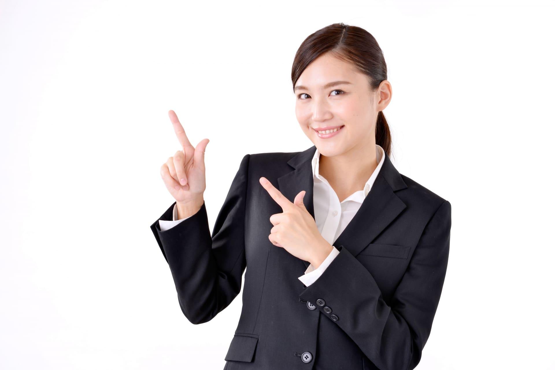 人差し指を上げる女性