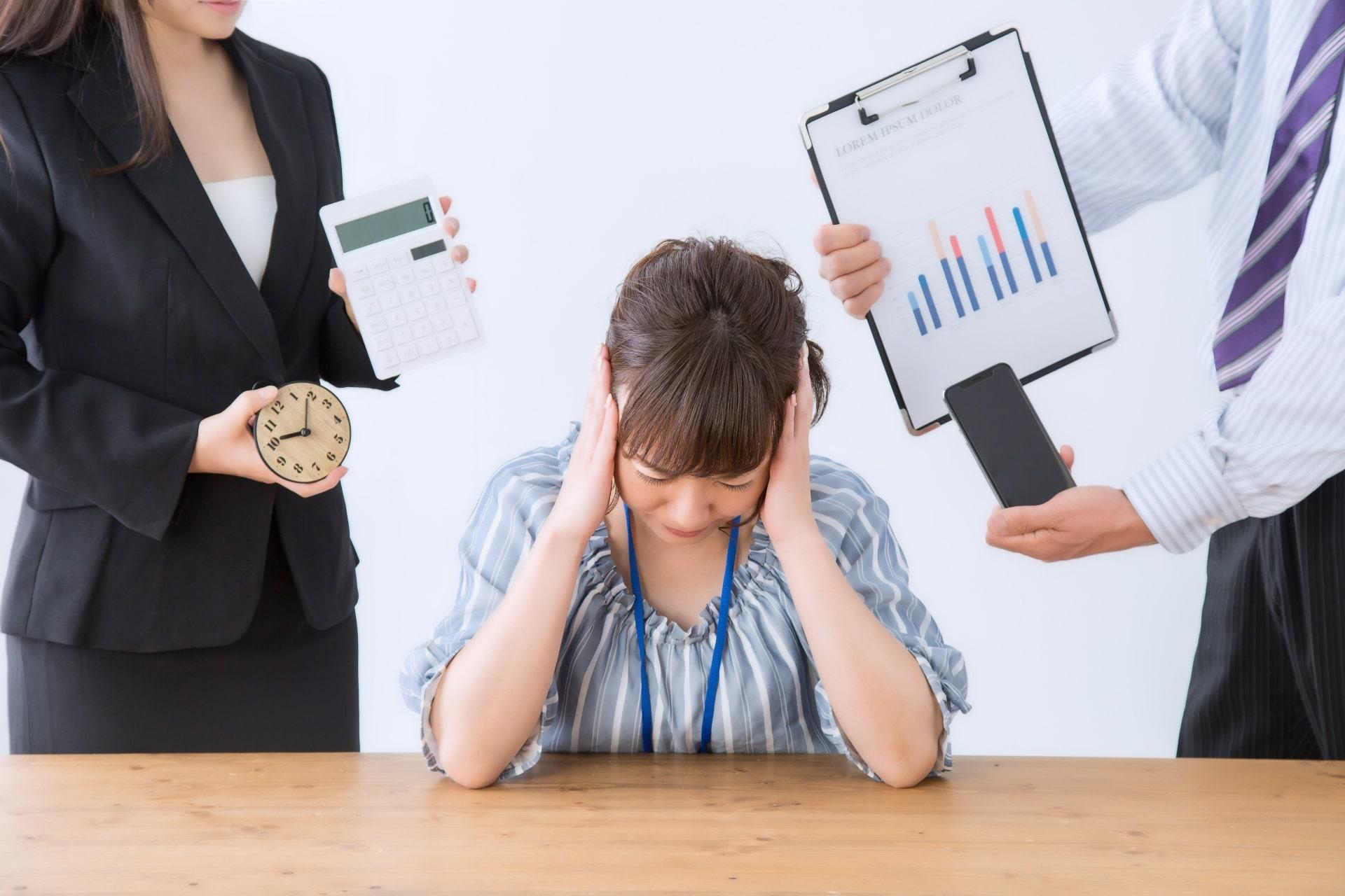 仕事、ストレス、頭を抱える女性