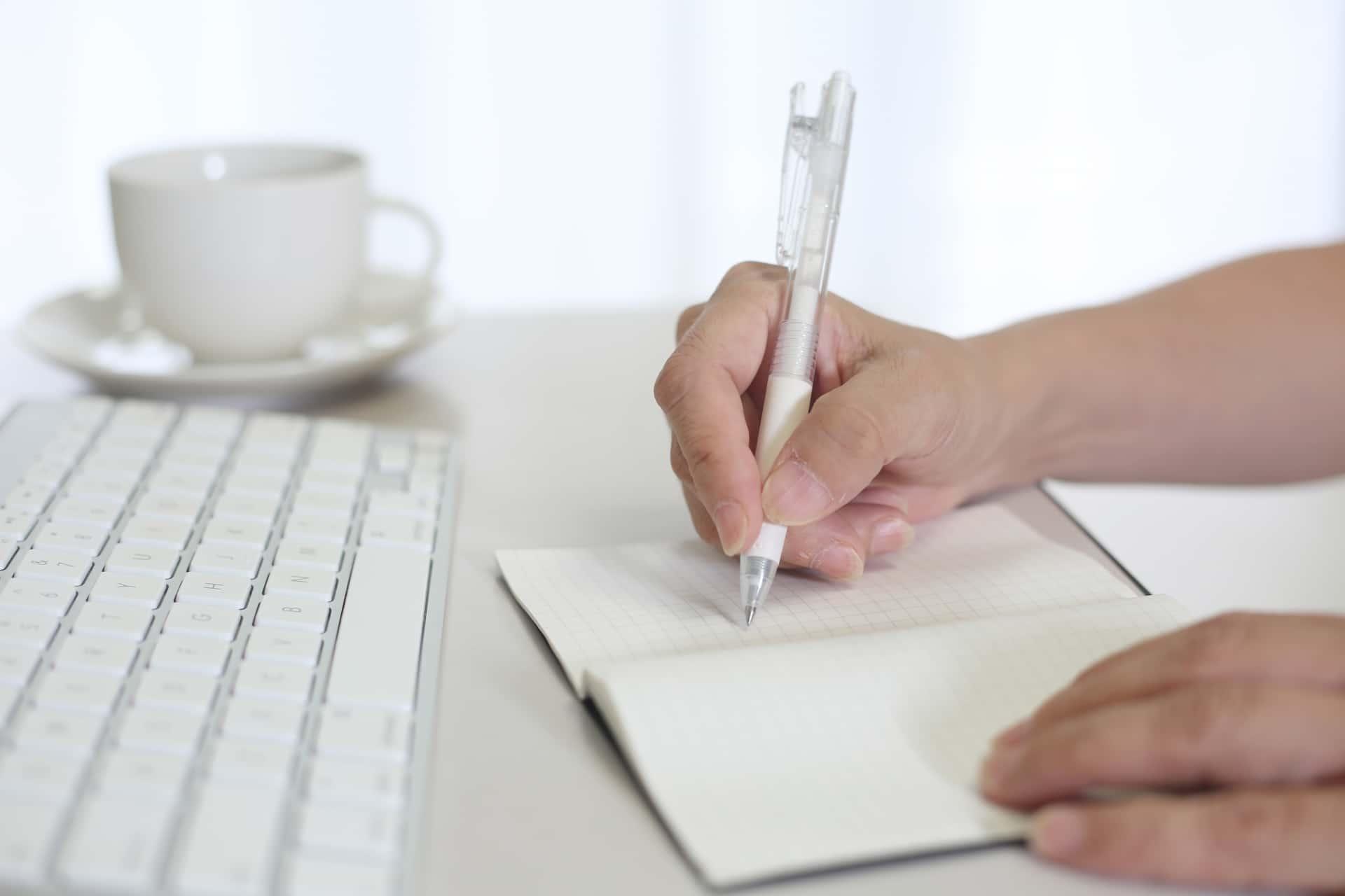 キーボード、ノート、ペン