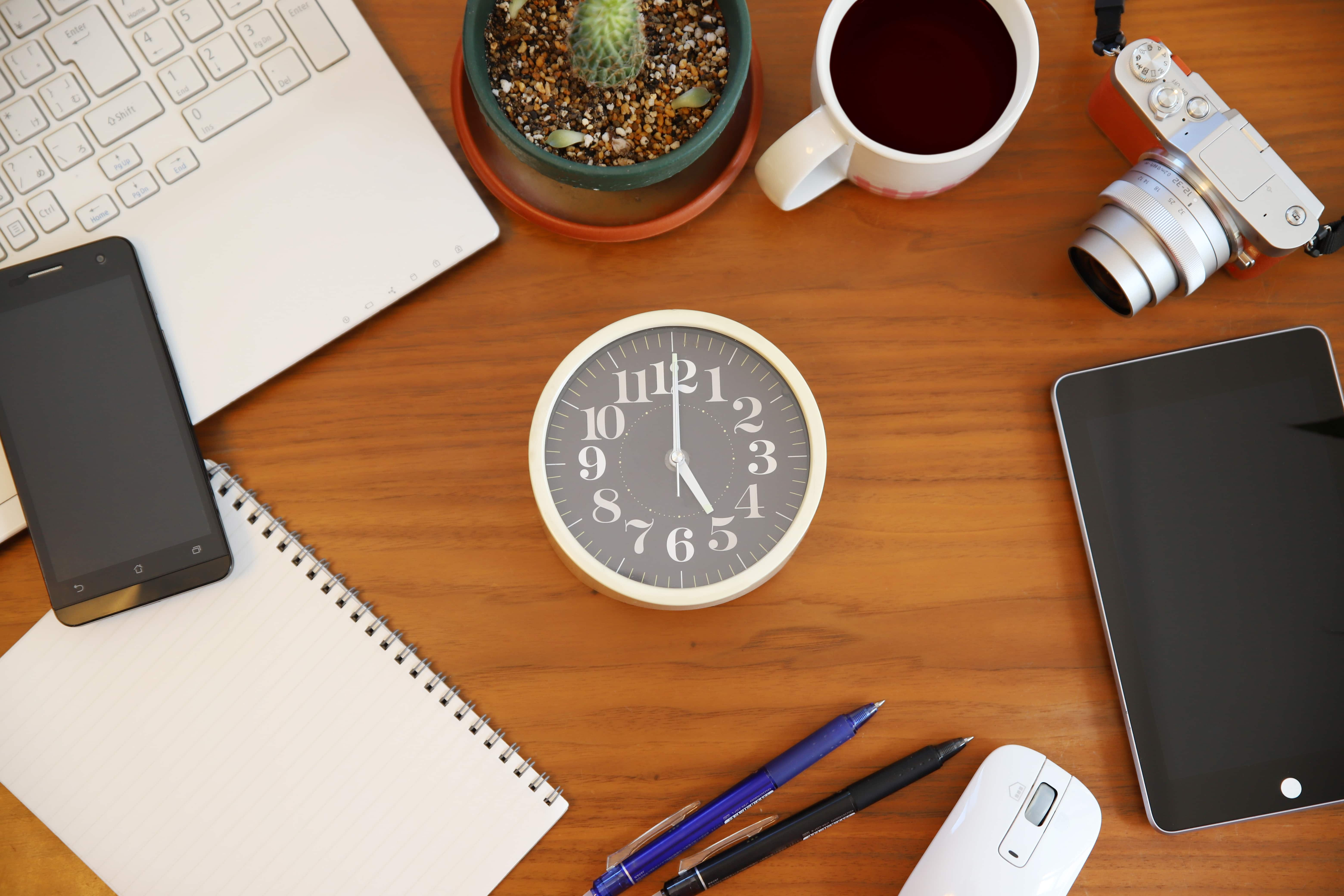 デスク、時計
