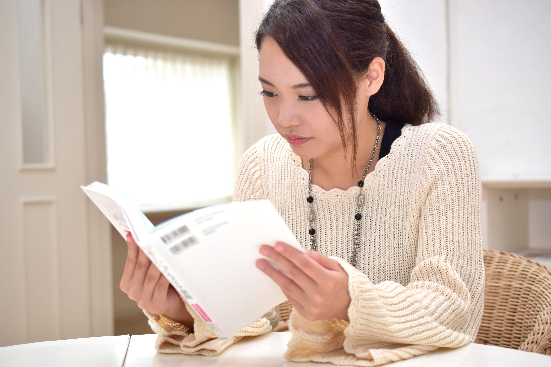 テキストを読む女性
