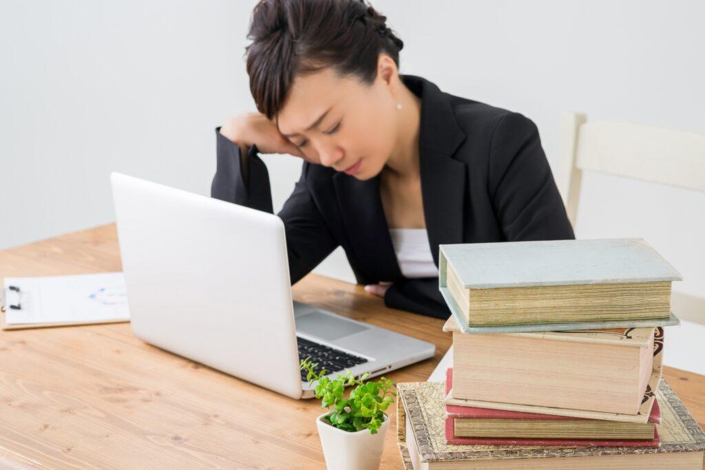 パソコン作業で悩む女性