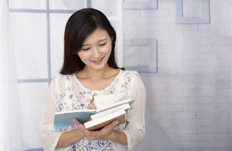 熱心に本を読む女性