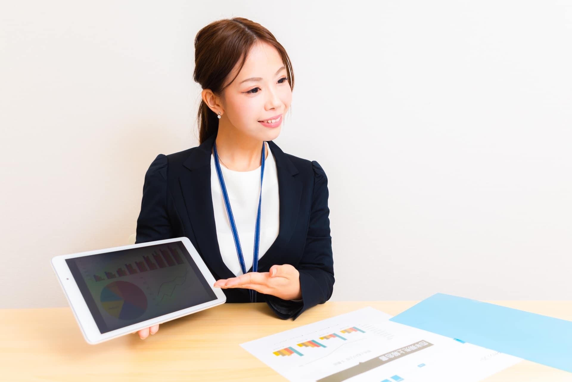 分析データ、説明する女性