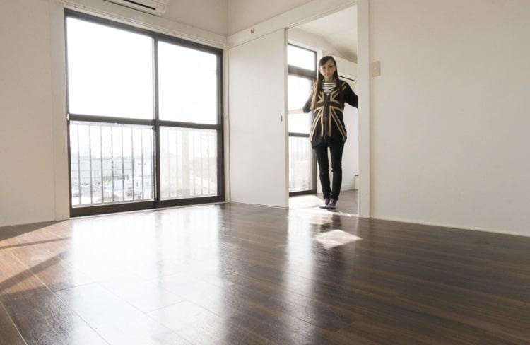 部屋の広さを確認する女性