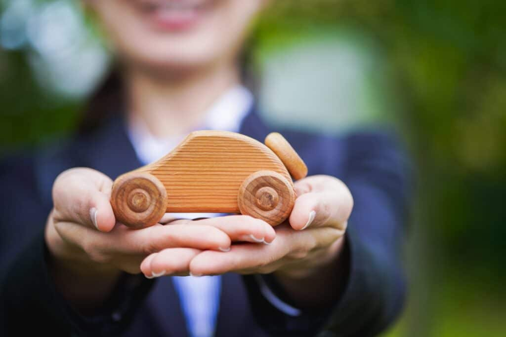 木の車を手にする女性