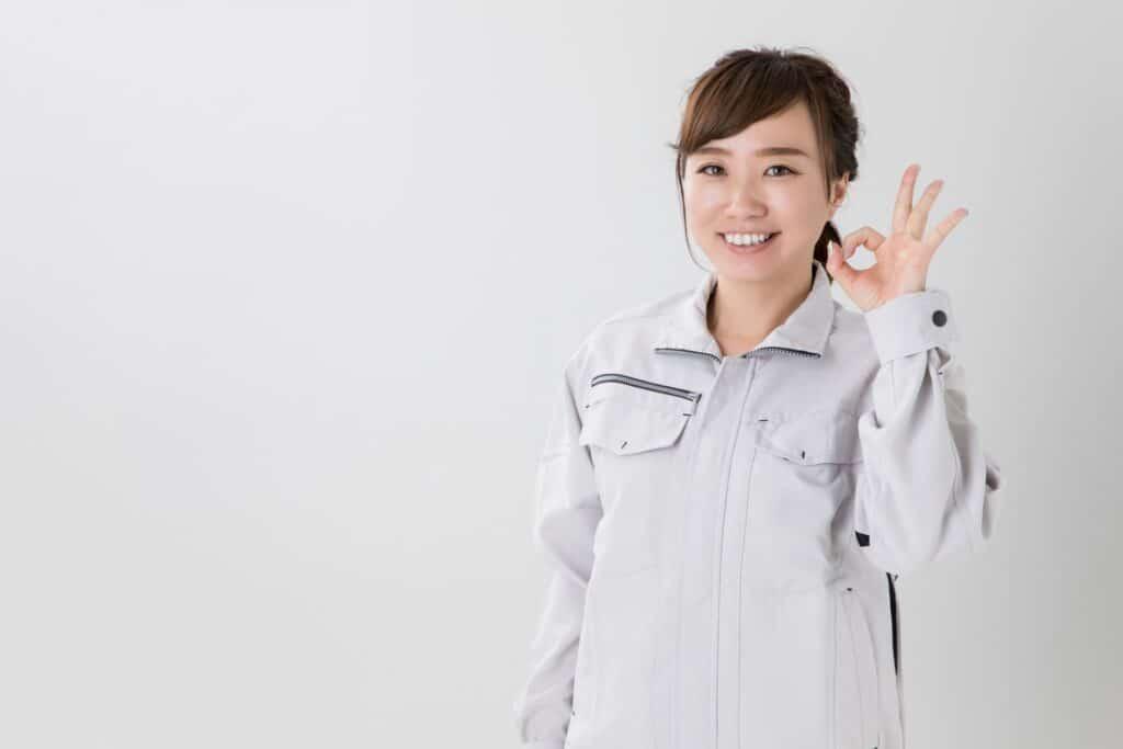 笑顔の女性、作業着