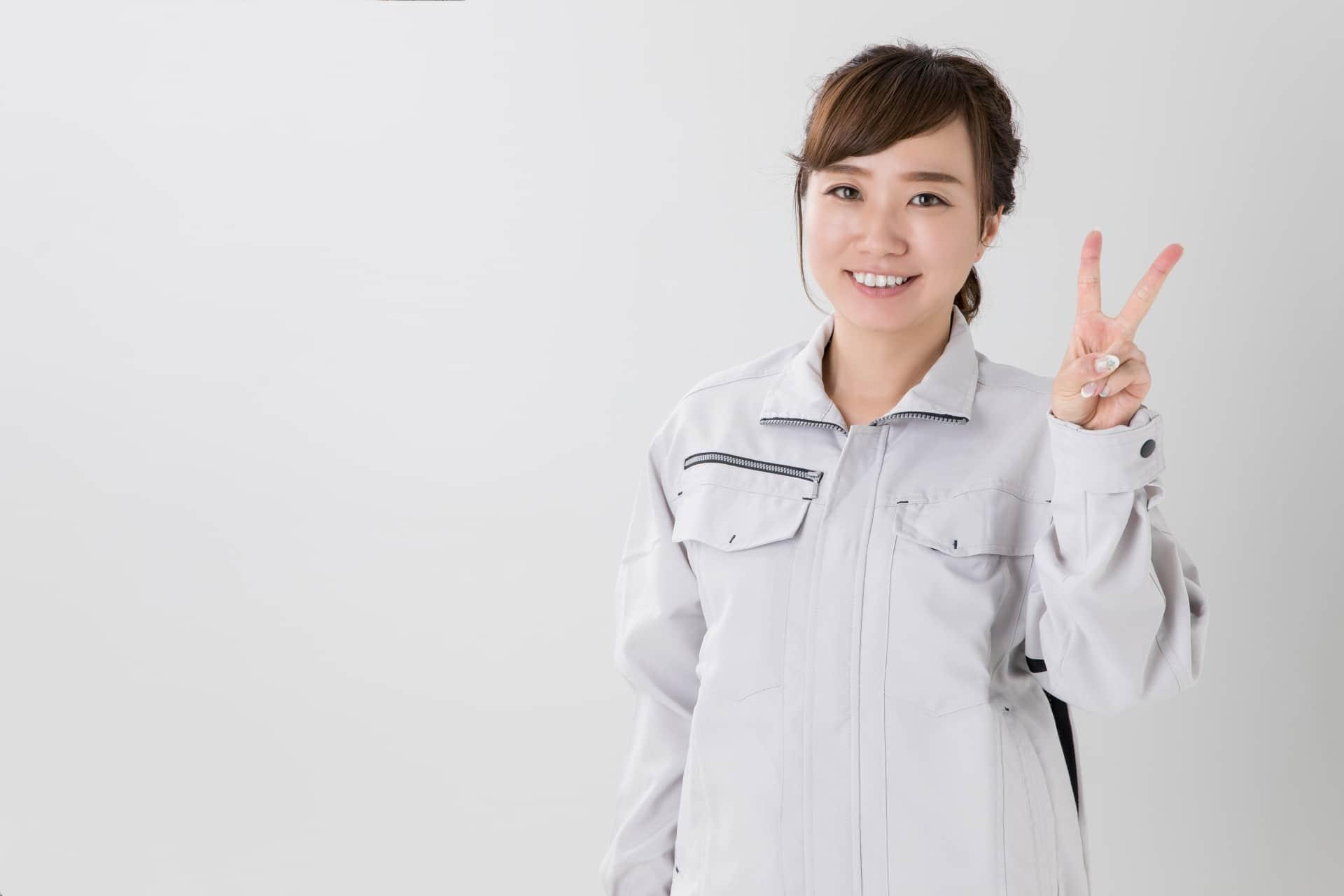 笑顔の女性エンジニア