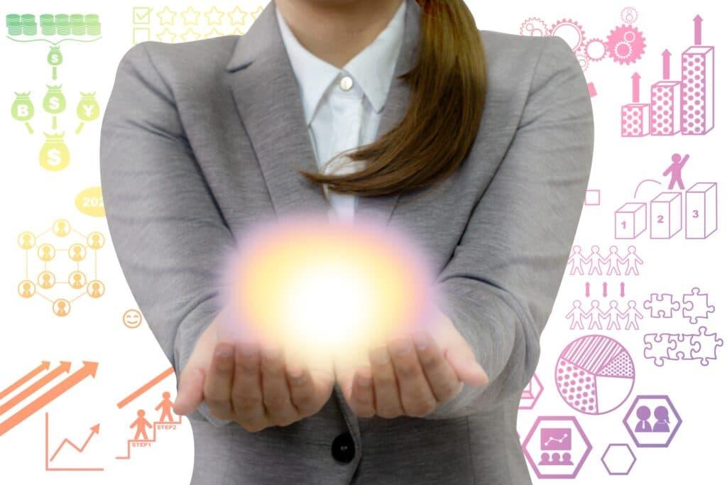 キャリアプランのイメージ、手に希望を持つ女性