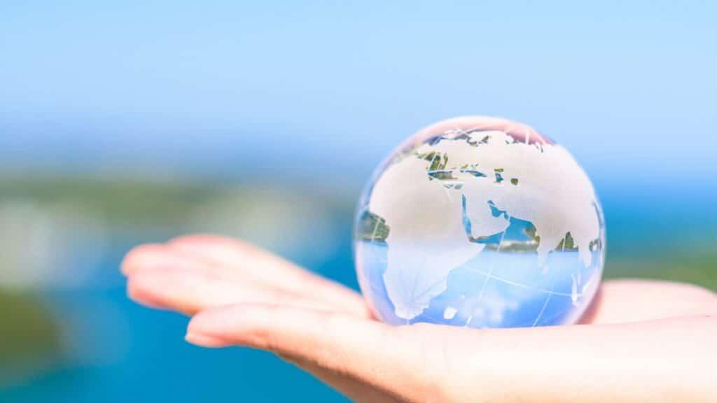 地球の模型を持つ女性の手