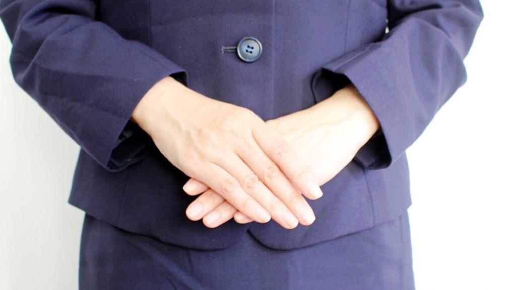 手を合わせる女性