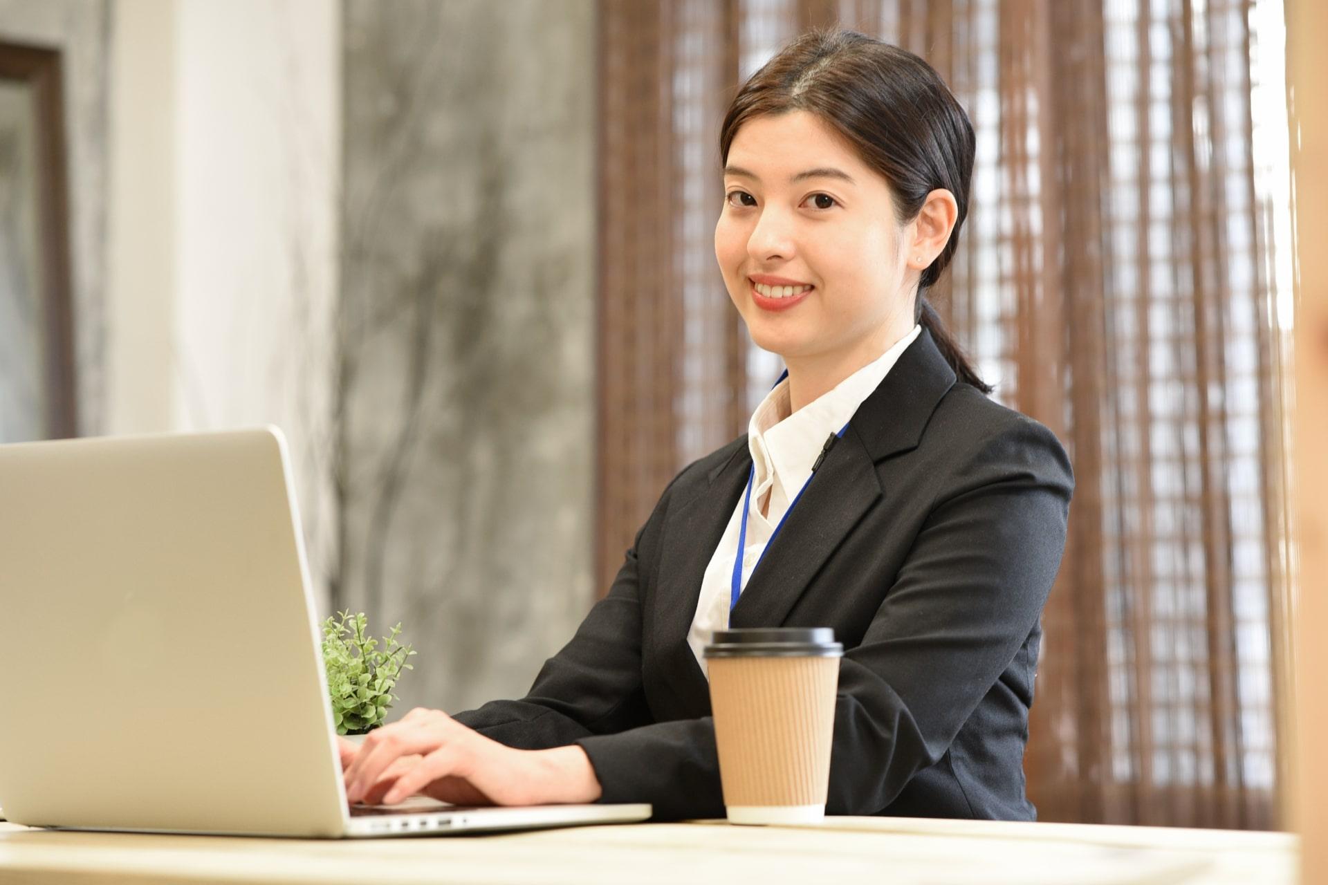 パソコンで仕事する女性