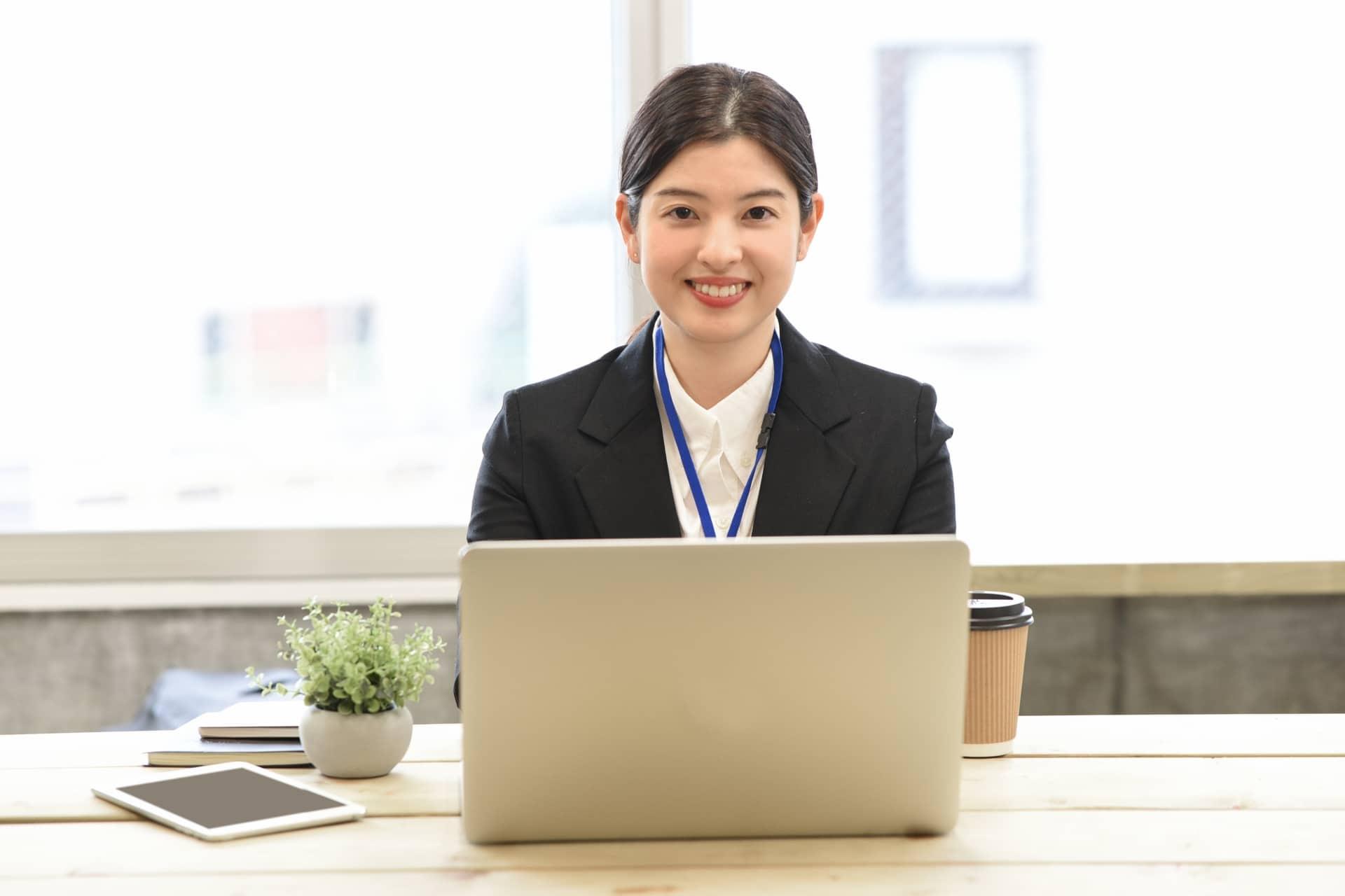 笑顔の女性とパソコン
