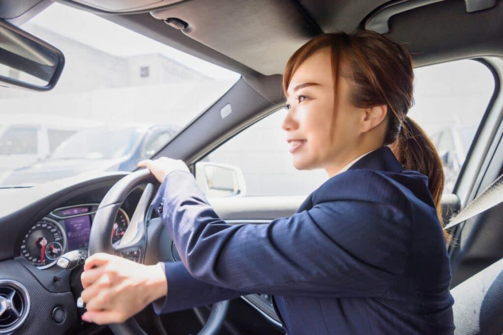 運転をする女性