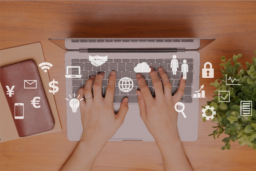 ノートパソコン、女性の手、財布、アプリのアイコン