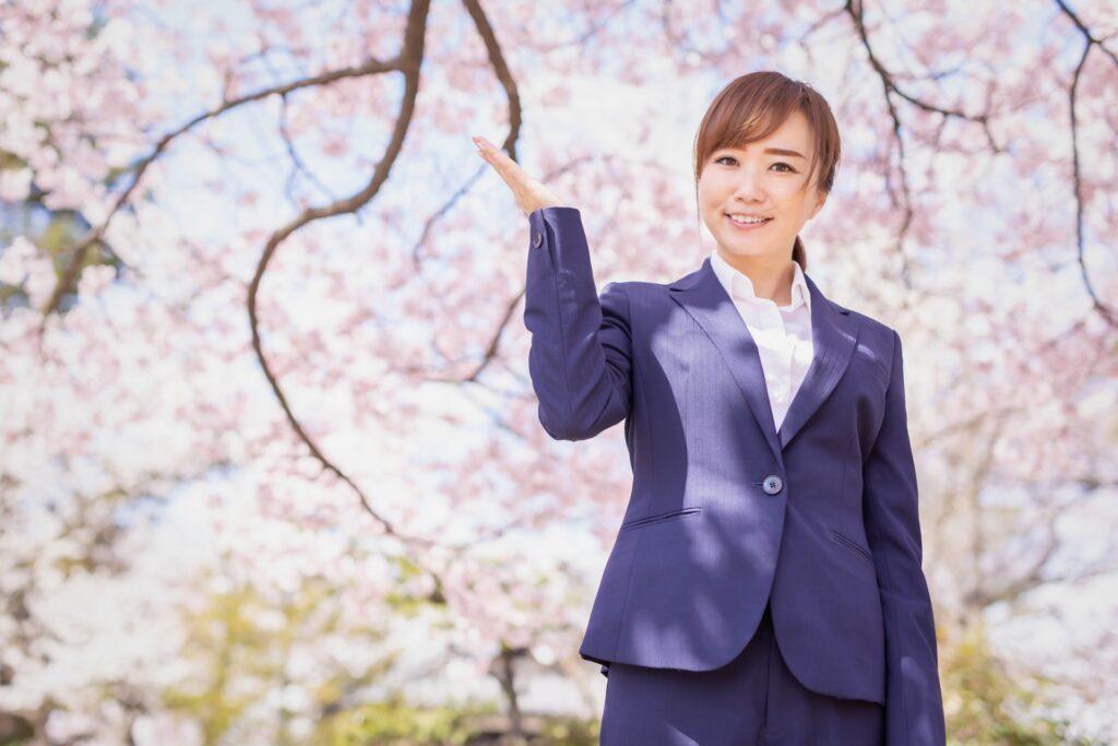 桜とビジネスウーマン