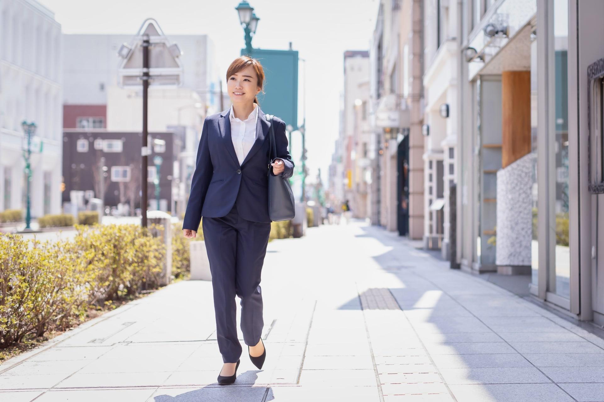 スーツの女性