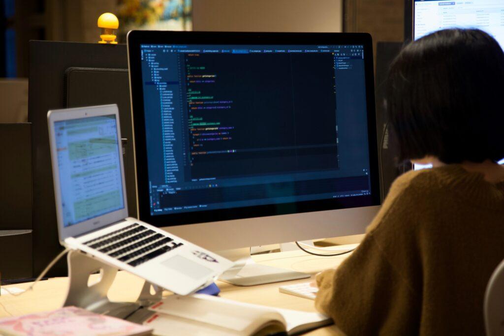 プログラミング作業をする女性