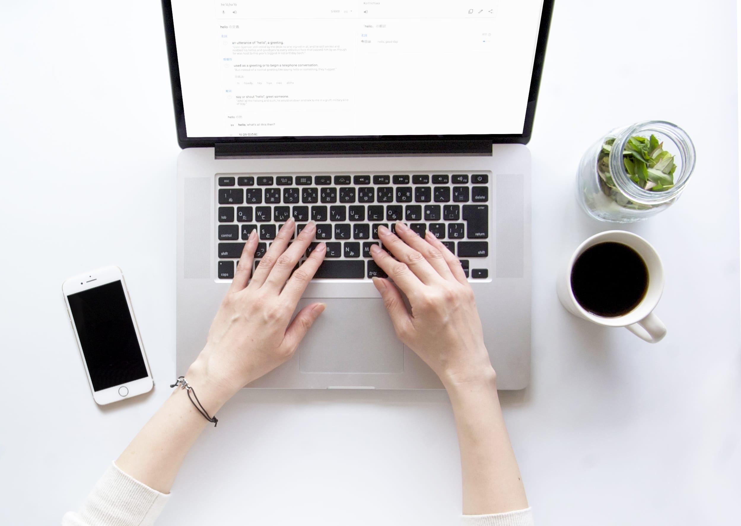 パソコン操作する女性の手