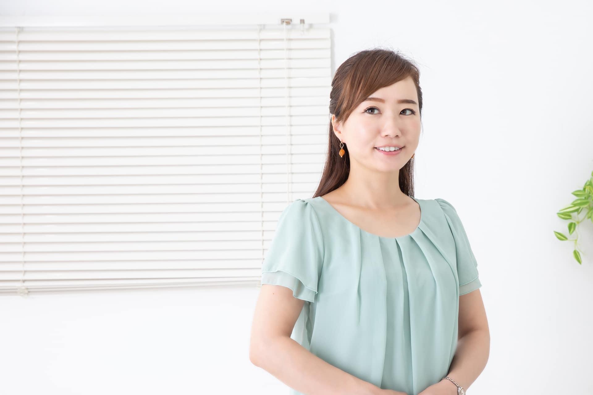 挨拶する女性