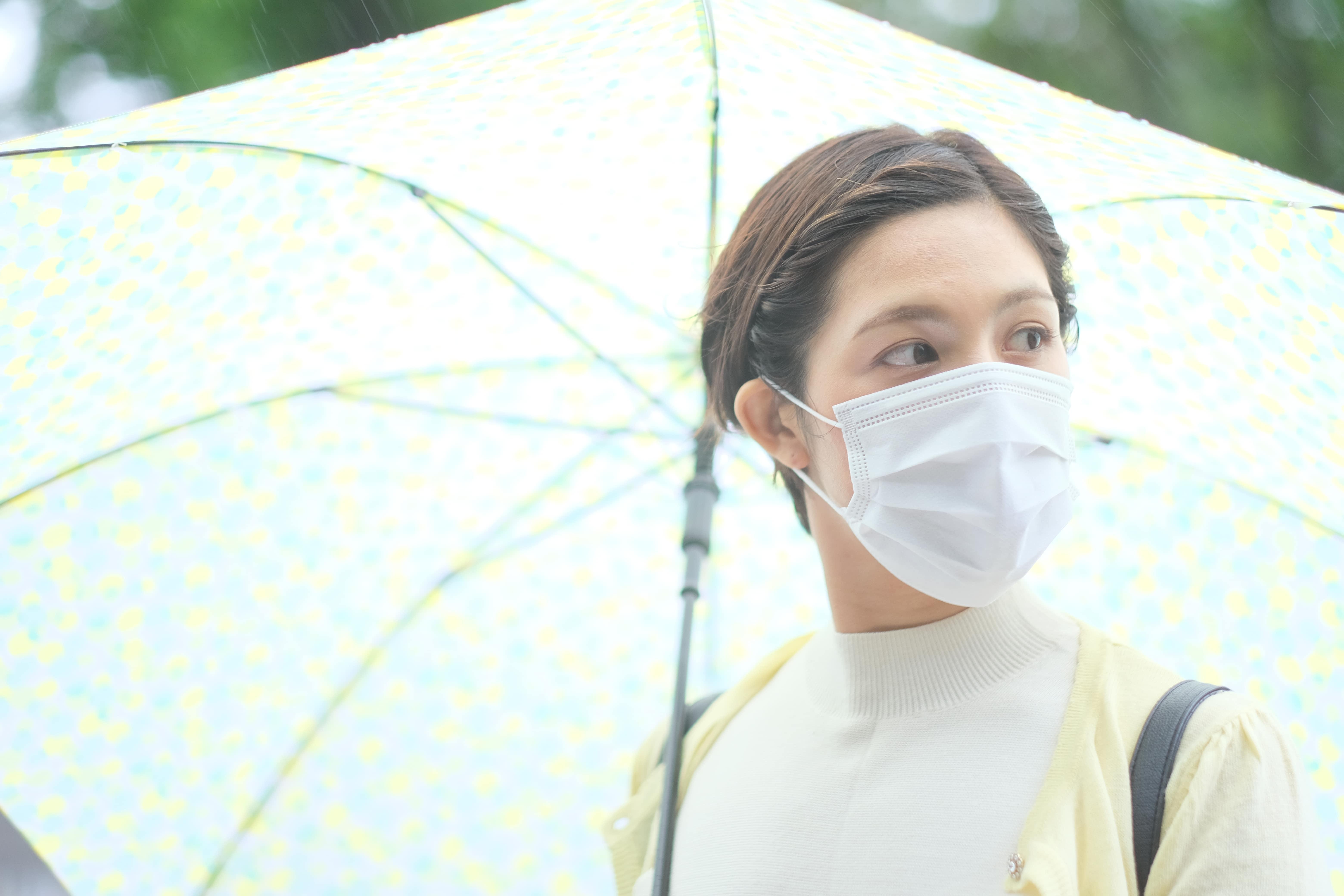 傘をさす女性イメージ