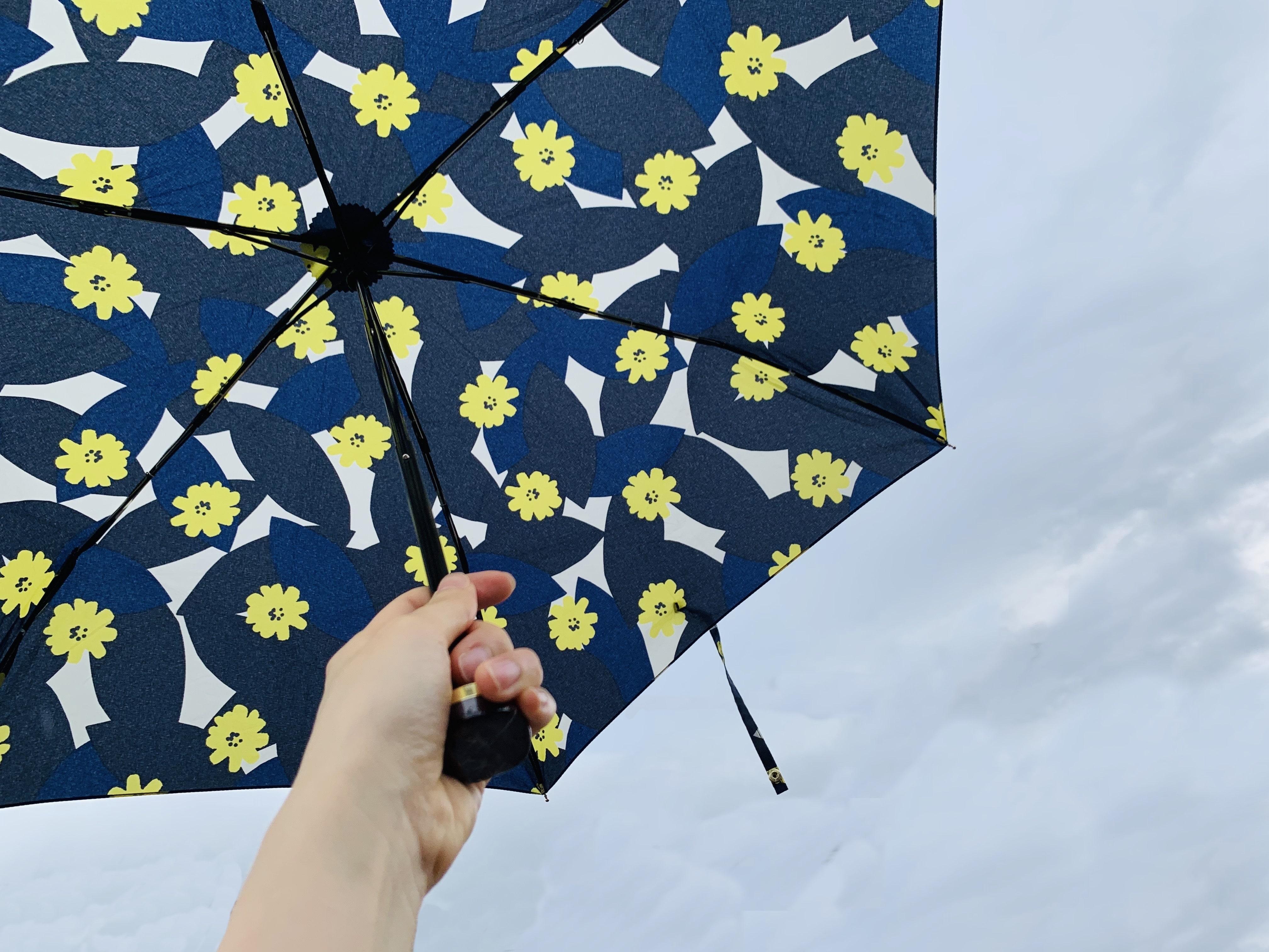 傘を持つ手